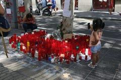 人们在巴塞罗那` s兰布拉团聚了在恐怖分子atack以后 库存照片