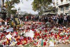 人们在巴塞罗那` s兰布拉团聚了在恐怖分子atack以后 免版税库存照片