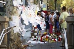 人们在巴塞罗那` s兰布拉团聚了在恐怖分子atack以后 库存图片