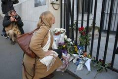 人们在贝尔格莱德付进贡到受害者在巴黎 免版税库存照片