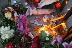 人们在贝尔格莱德付进贡到受害者在巴黎 免版税库存图片