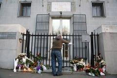 人们在贝尔格莱德付进贡到受害者在巴黎 免版税图库摄影