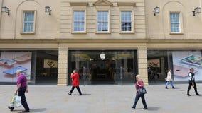 人们在巴恩英国通过一家苹果计算机商店 库存照片
