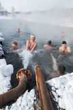 人们洗在水池的热量浴用热量水 库存照片