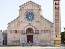 人们在维罗纳市临近圣芝诺大教堂  免版税库存照片