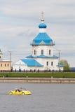 人们在黄色katamarene乘坐在海湾市切博克萨雷,楚瓦什人共和国 08/05/2016 反对Tem的背景 免版税库存照片