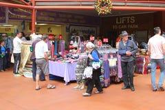 人们在主要市场,阿德莱德,澳大利亚上购物 免版税库存照片