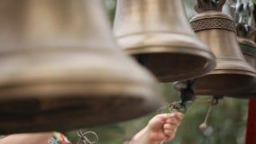 人们在黄铜连接用它的舌头的响铃牵索叫 影视素材