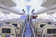 人们在登陆以后留下班机客舱  免版税库存照片