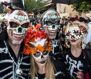 人们在Dia De Los Muertos Masks和构成 免版税库存照片