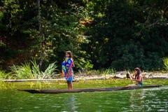 人们在EMBERA村庄,巴拿马 免版税库存图片