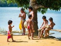人们在EMBERA村庄,巴拿马 免版税库存照片
