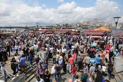 人们在Eminonu,伊斯坦布尔 免版税库存图片
