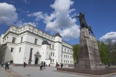 人们在Gediminas雕象前面走在大教堂正方形在维尔纽斯,立陶宛 图库摄影