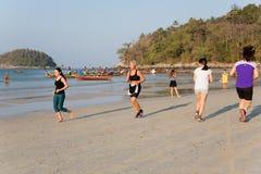 人们在Kata的清早靠岸 图库摄影