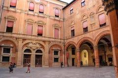 人们在Palazzo Comunale的庭院里在波隆纳 库存图片