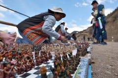 人们在Pisac,秘鲁换传统纪念品 免版税库存照片