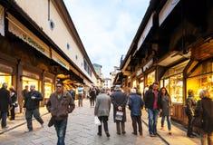 人们在Ponte Vecchio在秋天走在佛罗伦萨 库存图片