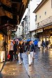 人们在Ponte Vecchio的商店地区在秋天 免版税库存图片