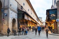 人们在Ponte Vecchio走在佛罗伦萨市 免版税库存照片