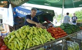 人们在Resen,马其顿买新鲜的水果和蔬菜在一个农夫市场上 图库摄影