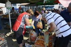 人们在Resen,马其顿买新鲜的水果和蔬菜在一个农夫市场上 免版税库存照片