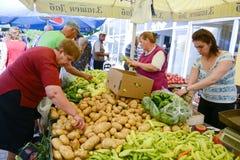 人们在Resen,马其顿买新鲜的水果和蔬菜在一个农夫市场上 免版税图库摄影