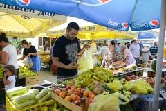 人们在Resen,马其顿买新鲜的水果和蔬菜在一个农夫市场上 库存图片