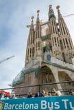 人们在Sagrada Familia cathedr前面的一辆turistic公共汽车上 库存照片