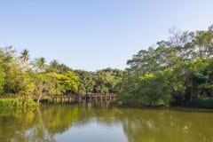 人们在Sri洛坤Khuean可汗公园,轰隆Kachao,泰国乘坐 免版税图库摄影