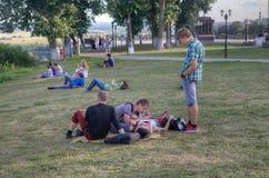 人们在Uspensky大教堂,弗拉基米尔市,俄罗斯附近的公园 免版税库存照片