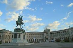 人们在Vienn,奥地利几乎走Hofburg故宫 免版税库存照片