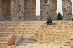 人们坐在杰姆圆形剧场的台阶在杰姆,突尼斯 库存图片