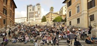 人们坐Trinità dei Monti楼梯  图库摄影