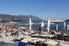 人们基于斯拉夫的海滩在市布德瓦,黑山 免版税库存照片