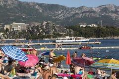 人们基于斯拉夫的海滩在市布德瓦,黑山 库存图片