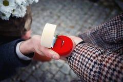 人给妇女有金戒指的一个箱子 免版税图库摄影