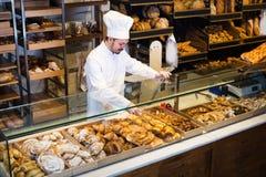 人30-36岁提供新鲜的鲜美小圆面包 免版税库存图片