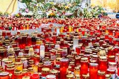 人们带来进贡以记念火的受害者在俱乐部Colectiv 库存照片