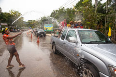 人们庆祝了在Ko张,泰国的Songkran节日 免版税图库摄影