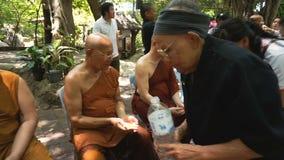 人们庆祝Songkran新年/水节日:4月13日通过倾吐佛教教士的水 影视素材