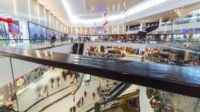 人们急忙在购物中心广场奇姆肯特的圣诞节礼物的 4K TimeLapse -奇姆肯特1月2017年,哈萨克斯坦 股票录像