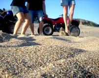 人们愉快在沙子 库存照片