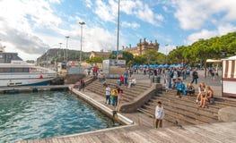 人们户外,等待他们的船的一些进来,在Ramba Del Mar,巴塞罗那 阳光在沿海卡塔龙尼亚,巴塞罗那 库存照片