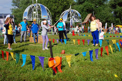 人们打滑稽的比赛在Sabantui庆祝在莫斯科 库存照片