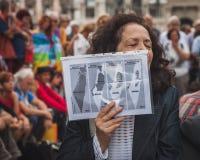 人们抗议反对加沙地带轰炸在米兰,意大利 图库摄影