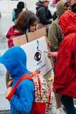 人们抗议模子在反对polic的移民的显示 库存照片