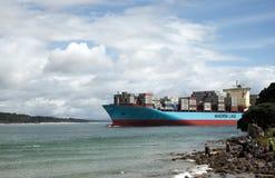 人们招呼输入一条巨大的货船马士基的线驾驶ba 库存图片