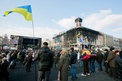 人们拿着在正方形的乌克兰旗子 图库摄影