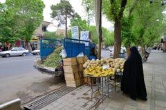 人们换新鲜蔬菜和果子在街道 免版税库存照片